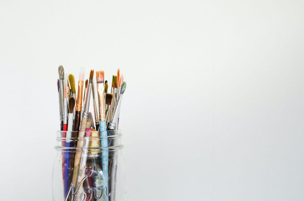 crayons pinceaux pot